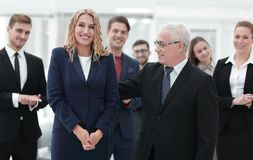 Счастливая бизнес-леди и старший деловой партнер Стоковое фото RF