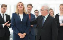 Счастливая бизнес-леди и старший деловой партнер Стоковое Изображение