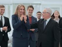 Счастливая бизнес-леди и старший деловой партнер Стоковая Фотография RF
