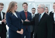 Счастливая бизнес-леди и старший деловой партнер Стоковое Фото