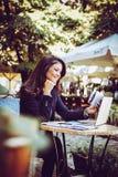 Счастливая бизнес-леди на перерыве на чашку кофе Стоковое Изображение RF