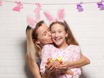 Счастливая взрослая женщина с с пасхальными яйцами Стоковые Изображения