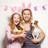 Счастливая взрослая женщина с с пасхальными яйцами Стоковая Фотография