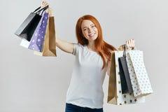 Счастливая внушительная девушка после ходить по магазинам стоковое фото
