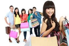 Счастливая группа в составе покупки друга Стоковое Изображение RF