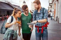 Счастливая группа в составе туристы путешествуя и sightseeing Стоковое Фото