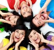 Счастливая группа в составе усмехаться друзей Стоковое фото RF