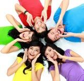 Счастливая группа в составе усмехаться друзей Стоковая Фотография RF