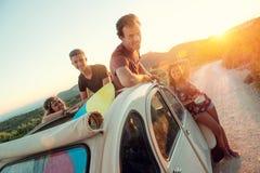 Счастливая группа на каникулах стоковое изображение