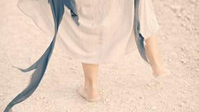 Счастливая девушка бежит barefoot вдоль дороги и танцует сток-видео