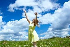 Счастливая девушка в желтом платье Стоковое Фото