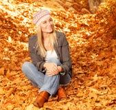 Счастливая девушка в осеннем парке Стоковое Изображение