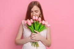 Счастливая девушка в платье лета держа букет цветков в руке стоковая фотография rf