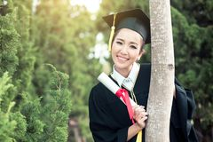 Счастливая девушка градуированного студента, поздравления - постдипломный успех образования стоковые фото