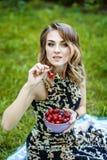 Счастливая девушка держит шар вишен горячее лето Концепция Стоковые Изображения RF