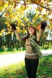 Счастливая девушка играя с листьями outdoors Стоковое Изображение RF