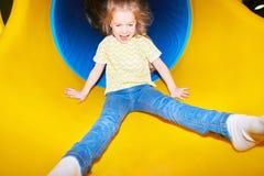 Счастливая девушка идя вниз с скольжения стоковое фото rf