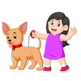 Счастливая девушка идя с ее собакой бесплатная иллюстрация