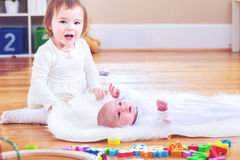 Счастливая девушка малыша с ее newborn сестрой стоковое изображение rf