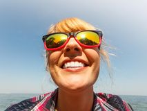 Счастливая девушка молодой женщины внешняя стоковое изображение