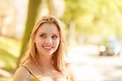 Счастливая девушка молодой женщины внешняя стоковые фото