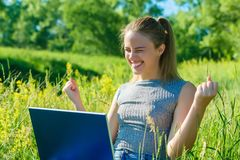 Счастливая девушка наслаждается ее успехом в ее деле стоковое изображение rf