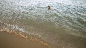 Счастливая девушка наслаждаясь морем сток-видео
