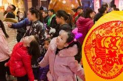 Счастливая девушка на традиционном фестивале фонарика ночи фестиваля фонарика стоковые фото