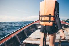 Счастливая девушка на шлюпке имеет потеху открывая острова стоковая фотография rf