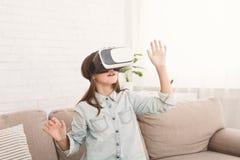 Счастливая девушка подростка имея потеху со стеклами виртуальной реальности стоковая фотография rf