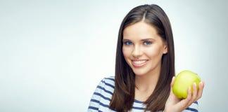 Счастливая девушка при зубоврачебные расчалки держа зеленое яблоко Стоковые Изображения