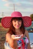 Счастливая девушка протягивает телефон Стоковое Фото