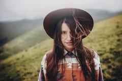 Счастливая девушка путешественника в шляпе с портретом рюкзака в горах Стоковые Изображения