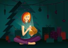Счастливая девушка раскрывает коробку подарка на рождество и сидит рождественской елкой иллюстрация вектора