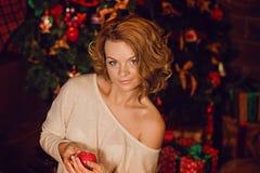 Счастливая девушка распаковывает подарки стоковое изображение rf