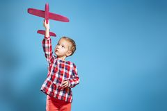 Счастливая девушка ребенка играя с самолетом игрушки мечта быть пилотом стоковое фото rf