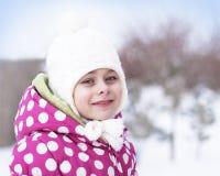 Счастливая девушка ребенка имея потеху в снежке - время зимы Стоковые Фото