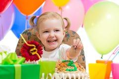 Счастливая девушка ребенка на вечеринке по случаю дня рождения стоковое фото rf