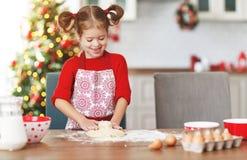 Счастливая девушка ребенка печет печенья рождества стоковые фотографии rf