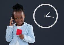 Счастливая девушка ребенк офиса говоря на телефоне с значком часов против голубой предпосылки Стоковое Фото