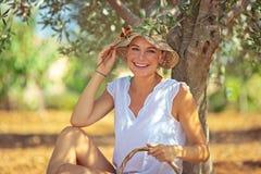 Счастливая девушка садовника стоковые изображения