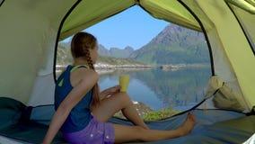 Счастливая девушка сидя в шатре видеоматериал