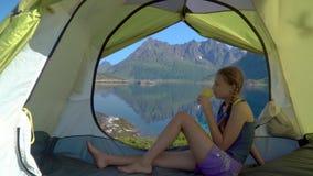 Счастливая девушка сидя в шатре акции видеоматериалы