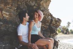 Счастливая девушка сидя на ее смеяться над подола парня Стоковое фото RF