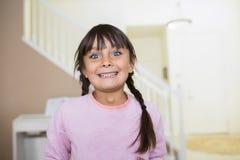 Счастливая девушка с большими голубыми глазами и большой улыбкой стоковое фото rf