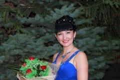 Счастливая девушка с букетом цветков Стоковое Фото