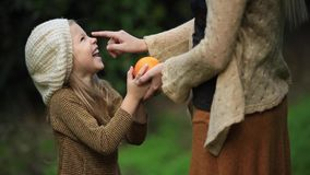 Счастливая девушка с матерью в зеленом саде сток-видео