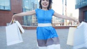 Счастливая девушка с пакетами после ходить по магазинам
