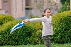 Счастливая девушка с флагом Израиля стоковые фотографии rf