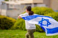Счастливая девушка с флагом Израиля стоковое фото